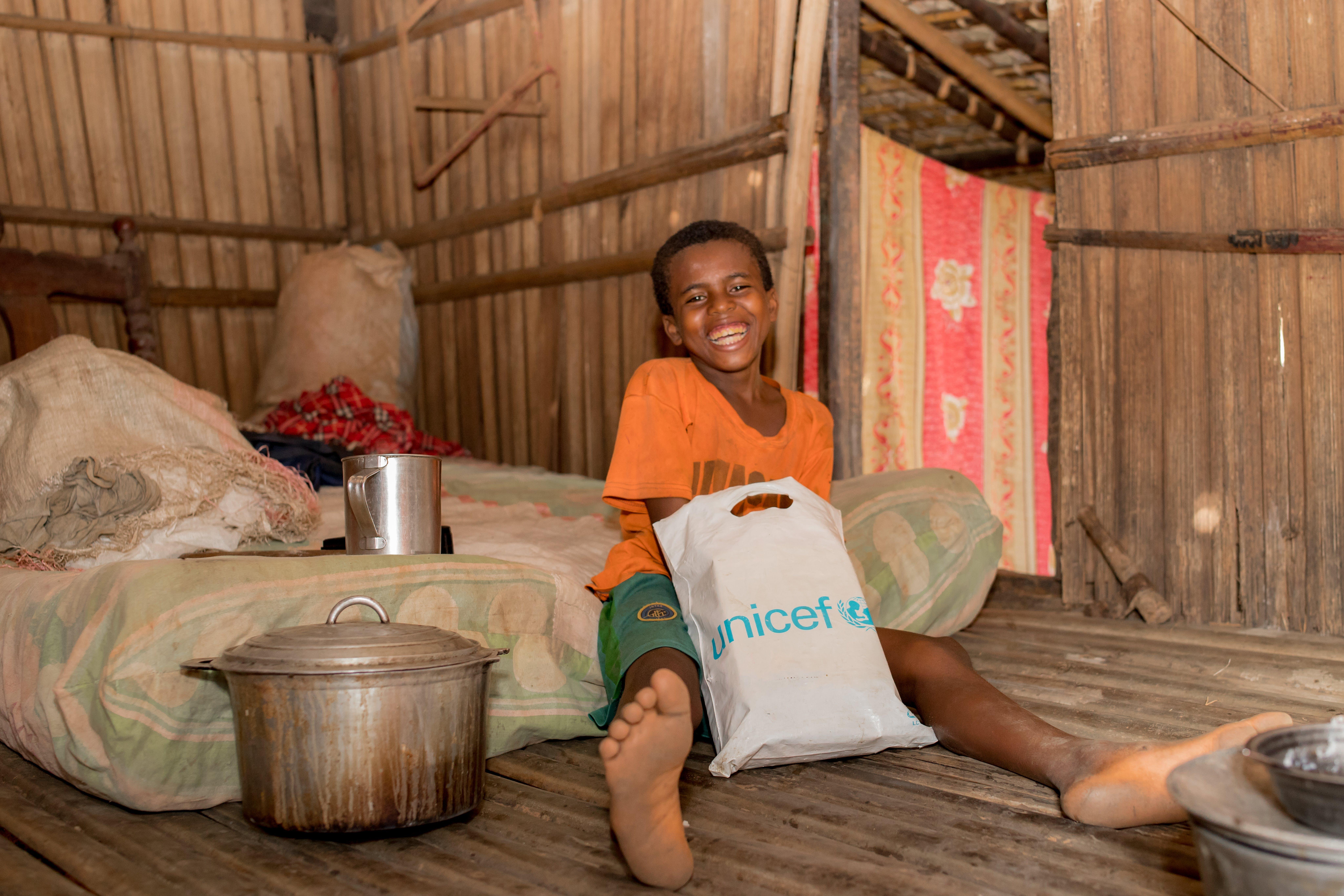 Dolys, 11 anni, vive con suo nonno in un villaggio a 91 chilometri dalla città costiera di Mahajanga, in Madagascar. E' stato costretto a lasciare la sua casa dopo tre giorni di piogge torrenziali, ma grazie all'intervento dell'UNICEF ha trovato un rifugio