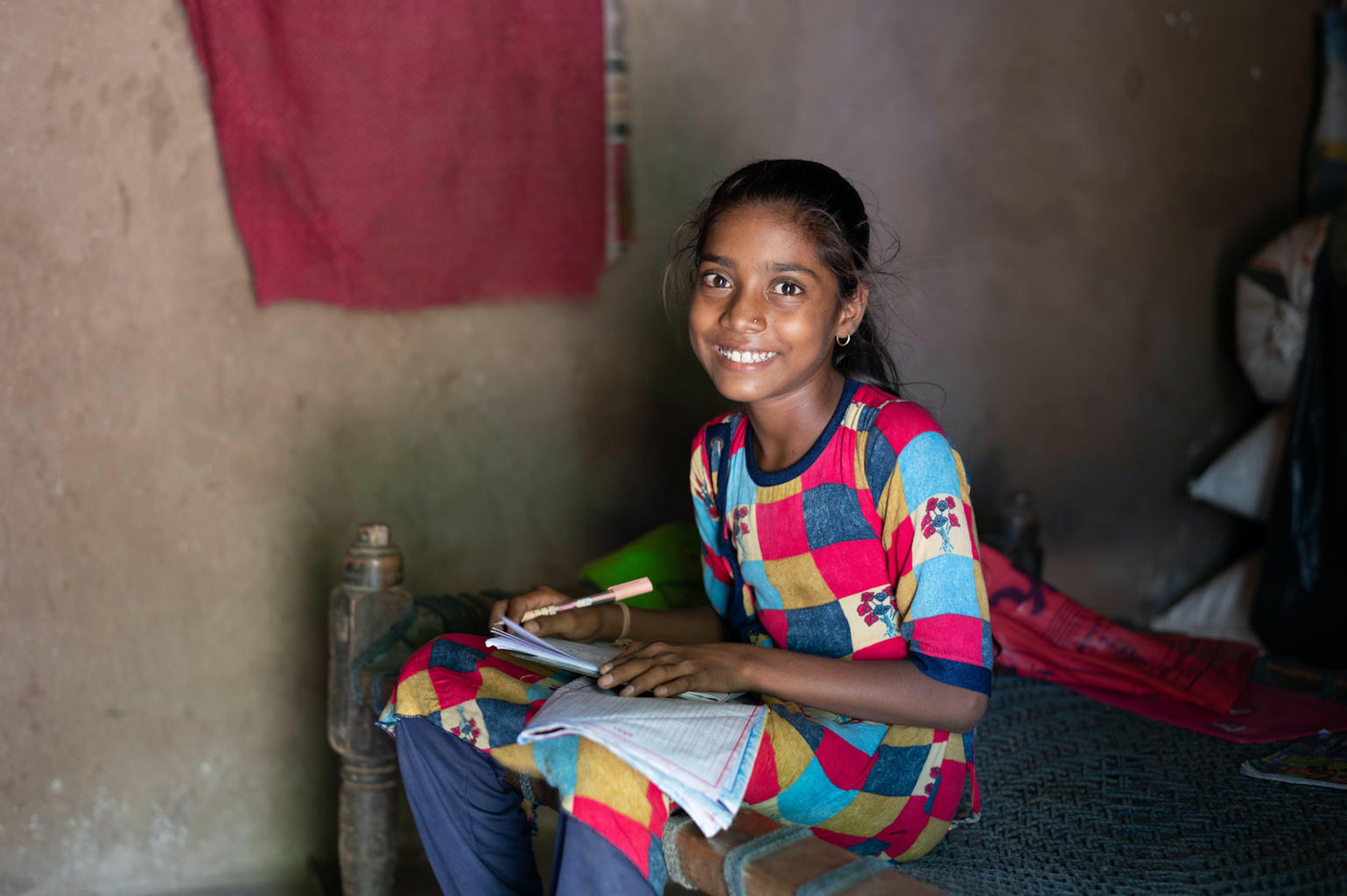 India, una bambina fa i compiti. Segue un progetto istruzione UNICEF