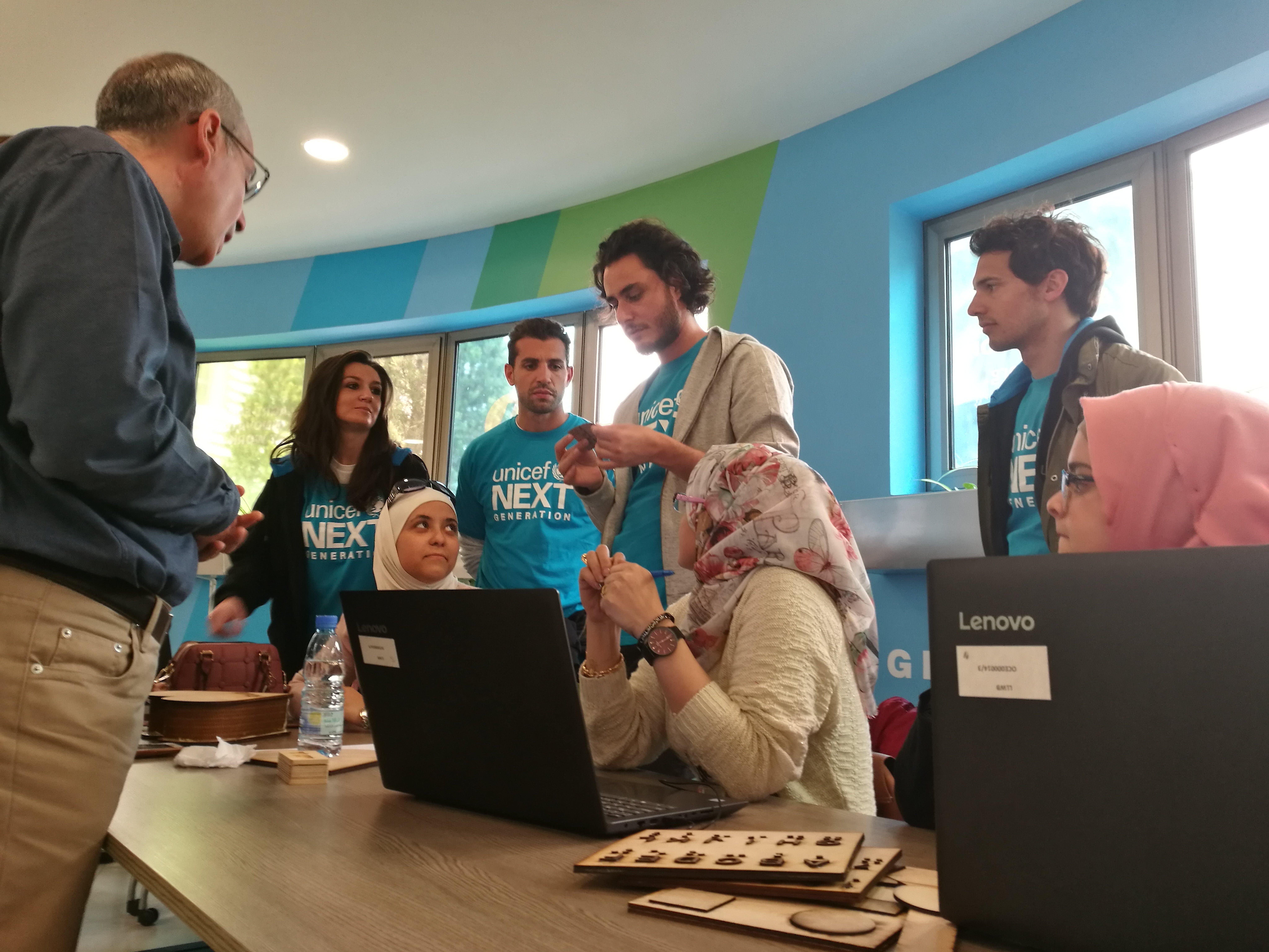 I founder di NextGen UNICEF Italia in visita in un Innovation Lab in Libano con giovani rifugiati siriani e palestinesi e ragazzi libanesi