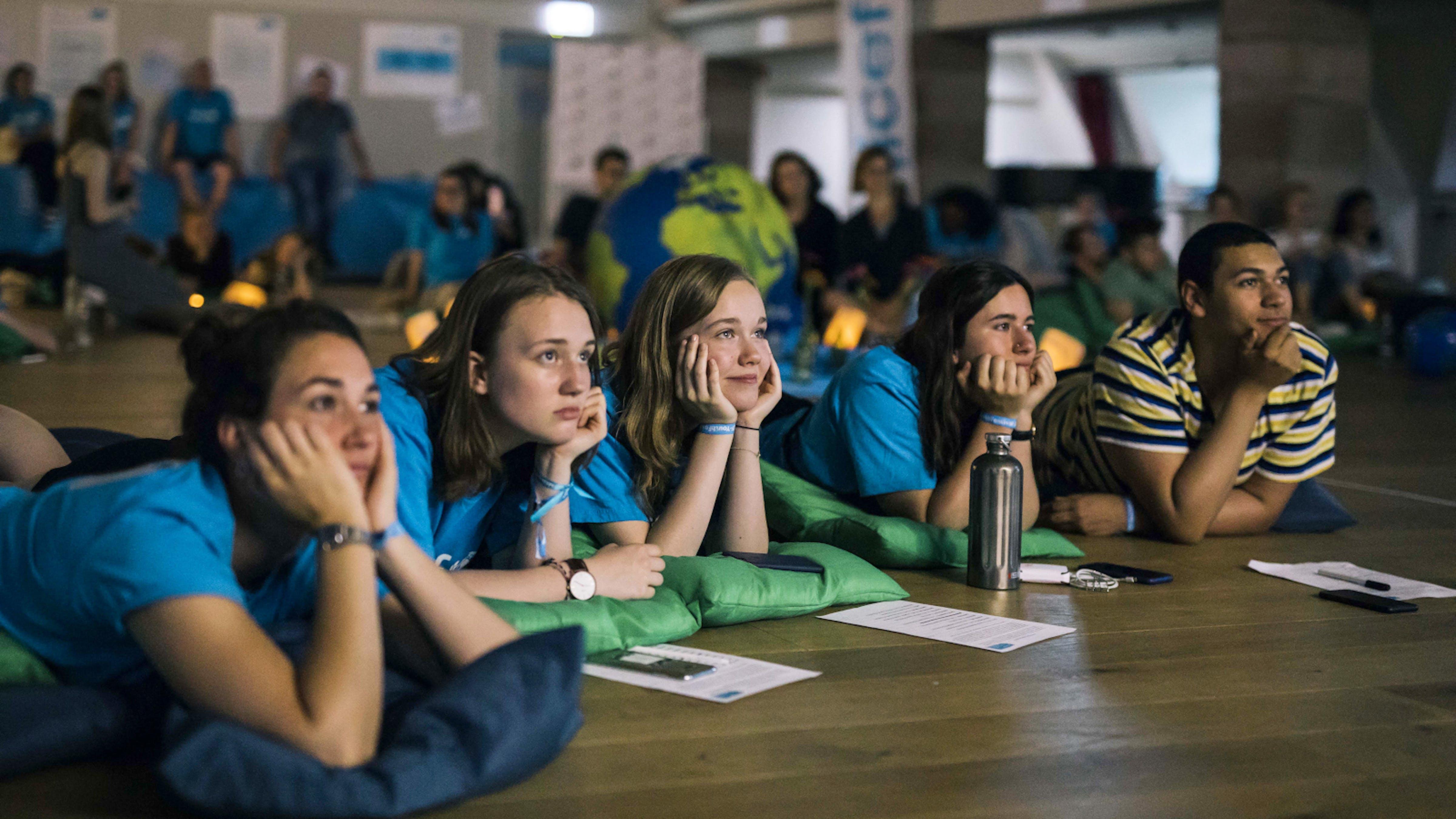 Ragazzi sdraiati a terra, formazione UNICEF