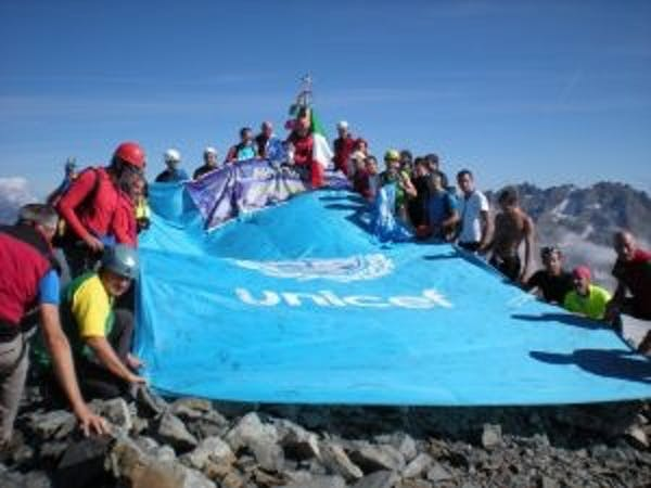 Bergamo: la bandiera UNICEF in vetta con il CAI