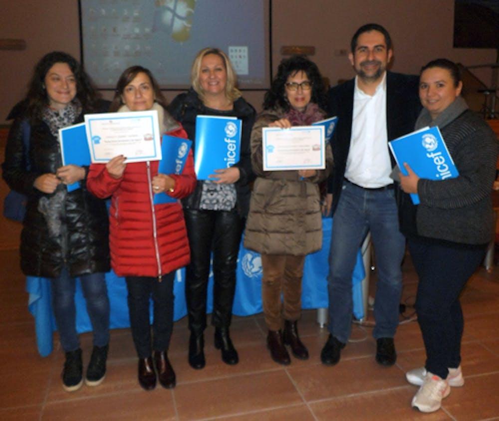 Foto di gruppo con i rappresentanti delle scuole e dell'UNICEF Italia