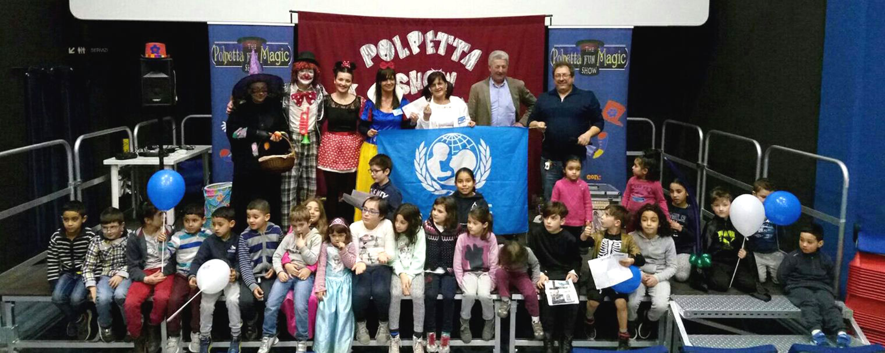 I bambini e gli organizzatori del laboratorio ludico