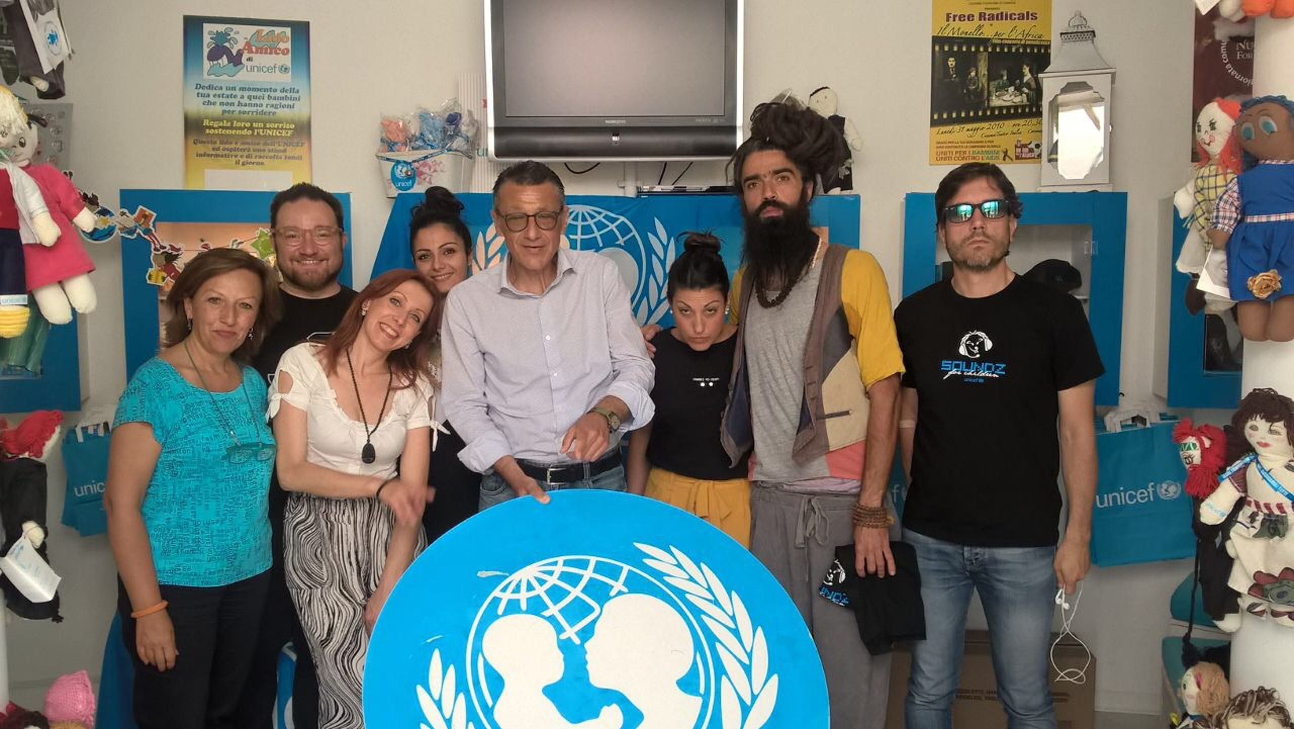 Telesforo insieme alla presidente Bianchi, Andrea Iacomini e alcuni musicisti