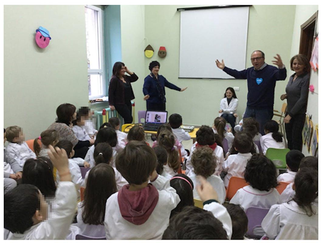 Il presidente Coviello con i bambini della scuola