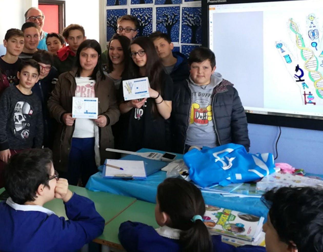 Maddalena Martorano, Marta Maria Tolve e i compagni della scuola media di Brindisi di Montagna con Mario Coviello