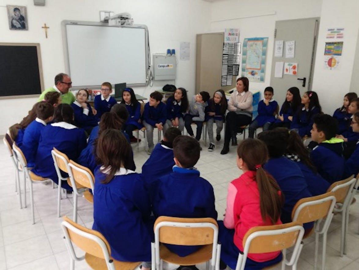 Mario Coviello e Paola Marotta con la quarta e la quinta della scuola primaria di Balvano