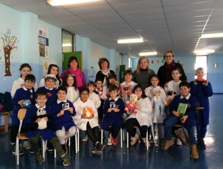 Gli alunni e le maestre della scuola primaria di S. Antonio Casalini
