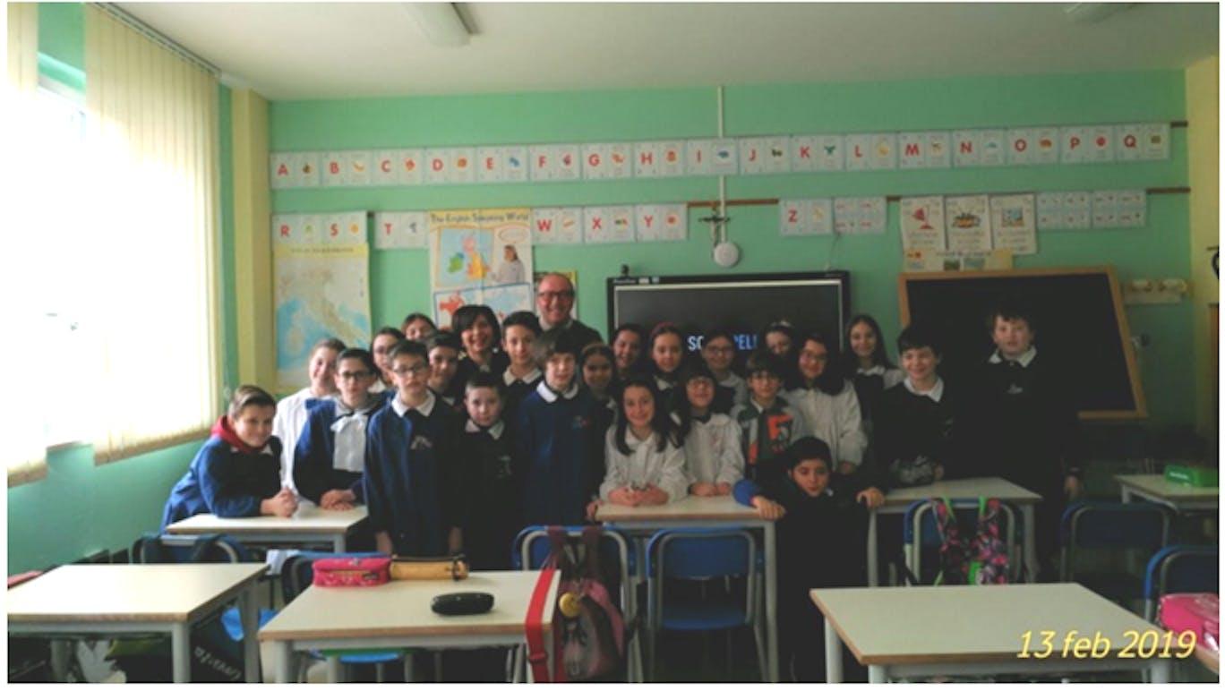 Mario Coviello con gli alunni di quarta di Pescopagano e l'insegnante Annalisa Fedeli