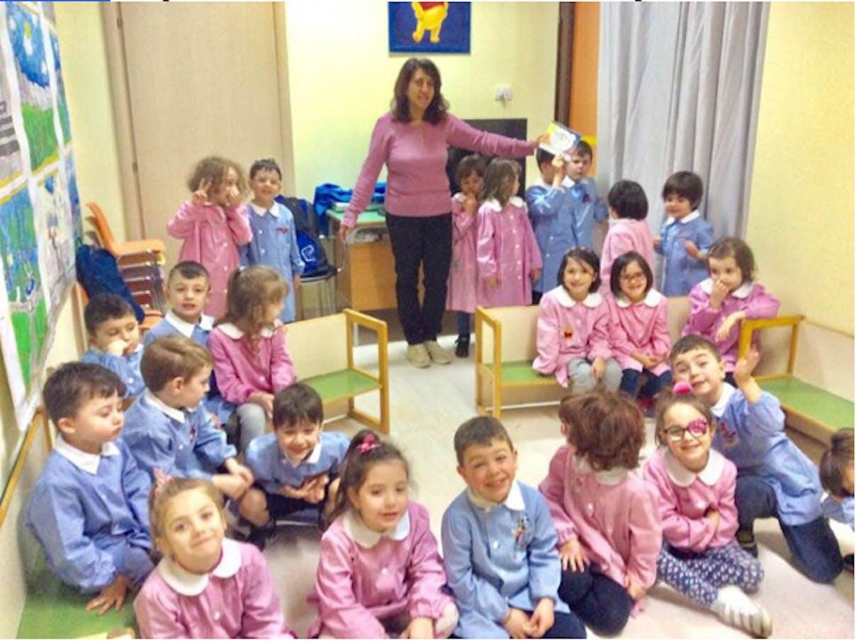 """I bambini della scuola dell'infanzia """"Stella marina"""" con l'insegnante AnnaMaria Guarino"""