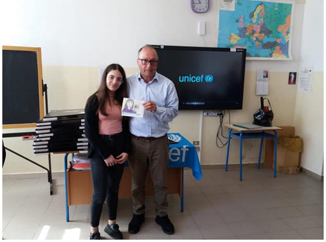 Miryam Emanuela Manfredi e il suo disegno con Mario Coviello.