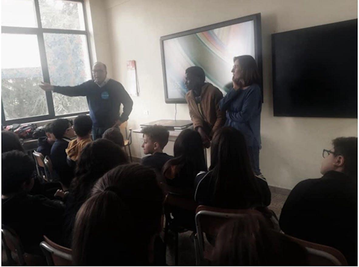 Mario Coviello, Makan Coulibaly e Caterina Traficante coni ragazzi della scuola media di Barile