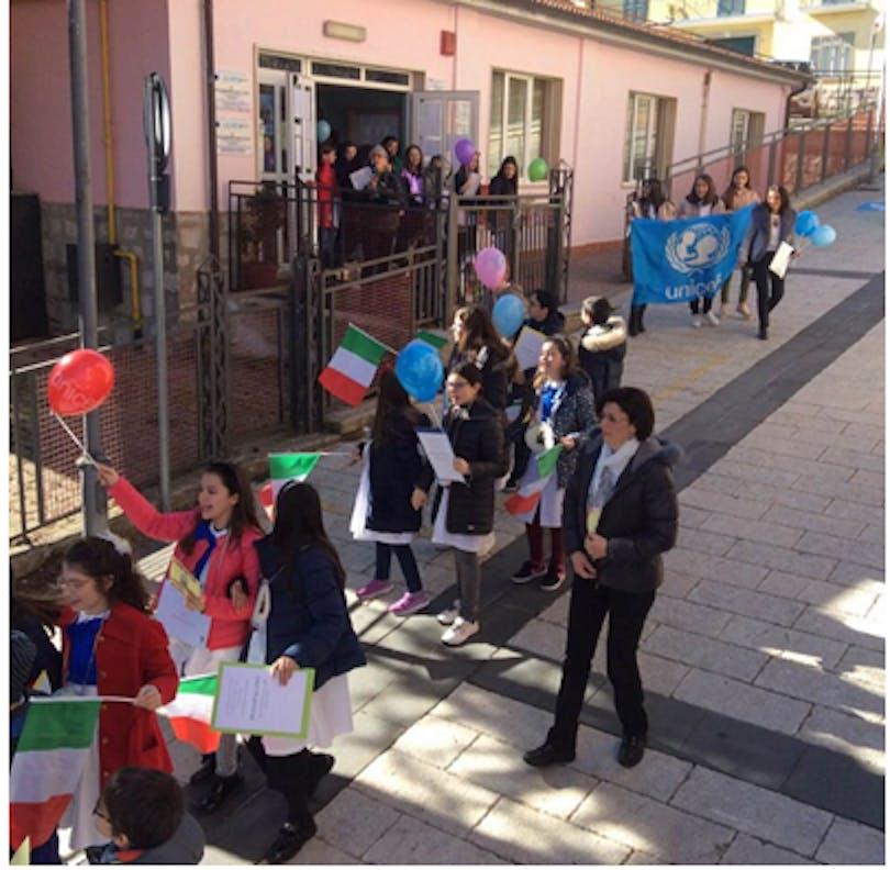 Il corteo con la bandiera e i palloncini dell'UNICEF