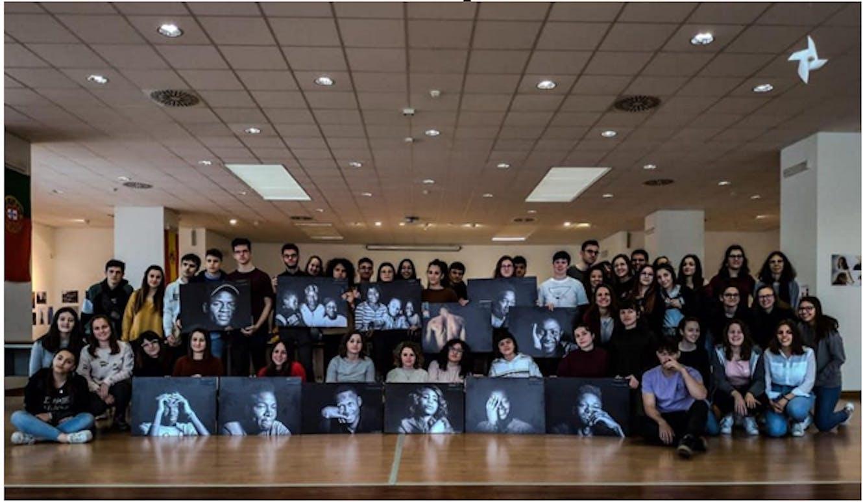 I ragazzi del progetto con le foto di Vittorio Onorato