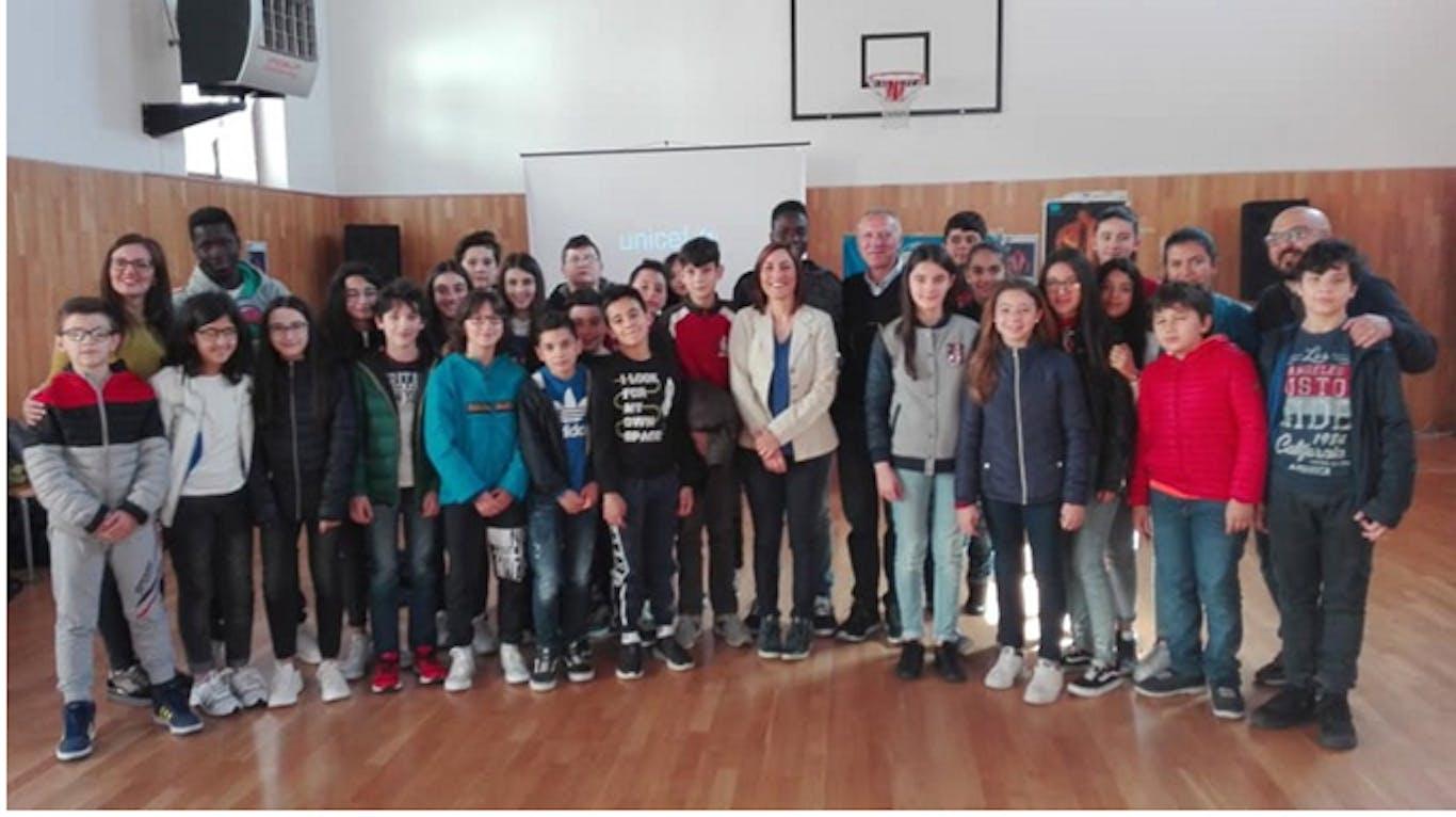 I ragazzi e i docenti della scuola media di San Chirico con il preside Sessa, Caterina Trafucante, Makam e Musa