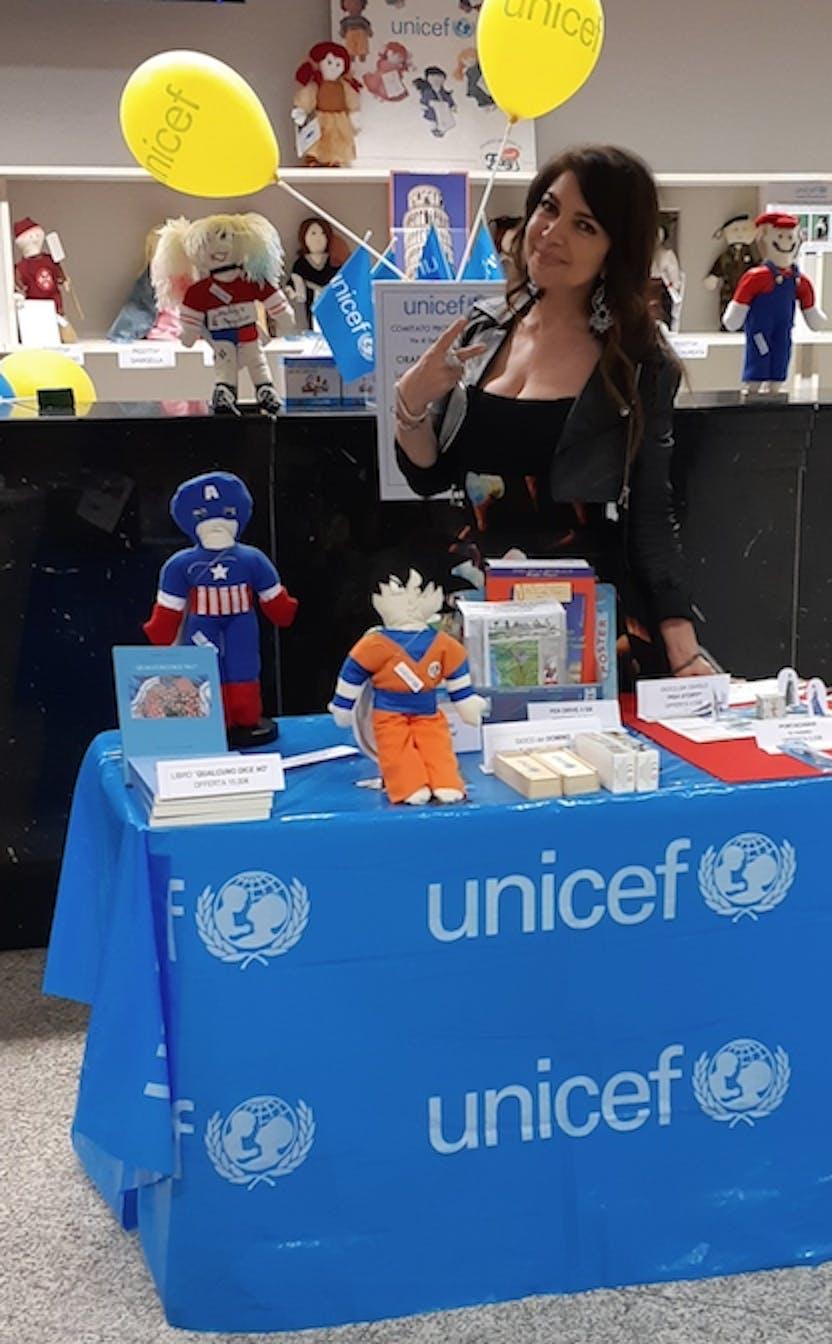 Cristina D'Avena alla postazione UNICEF