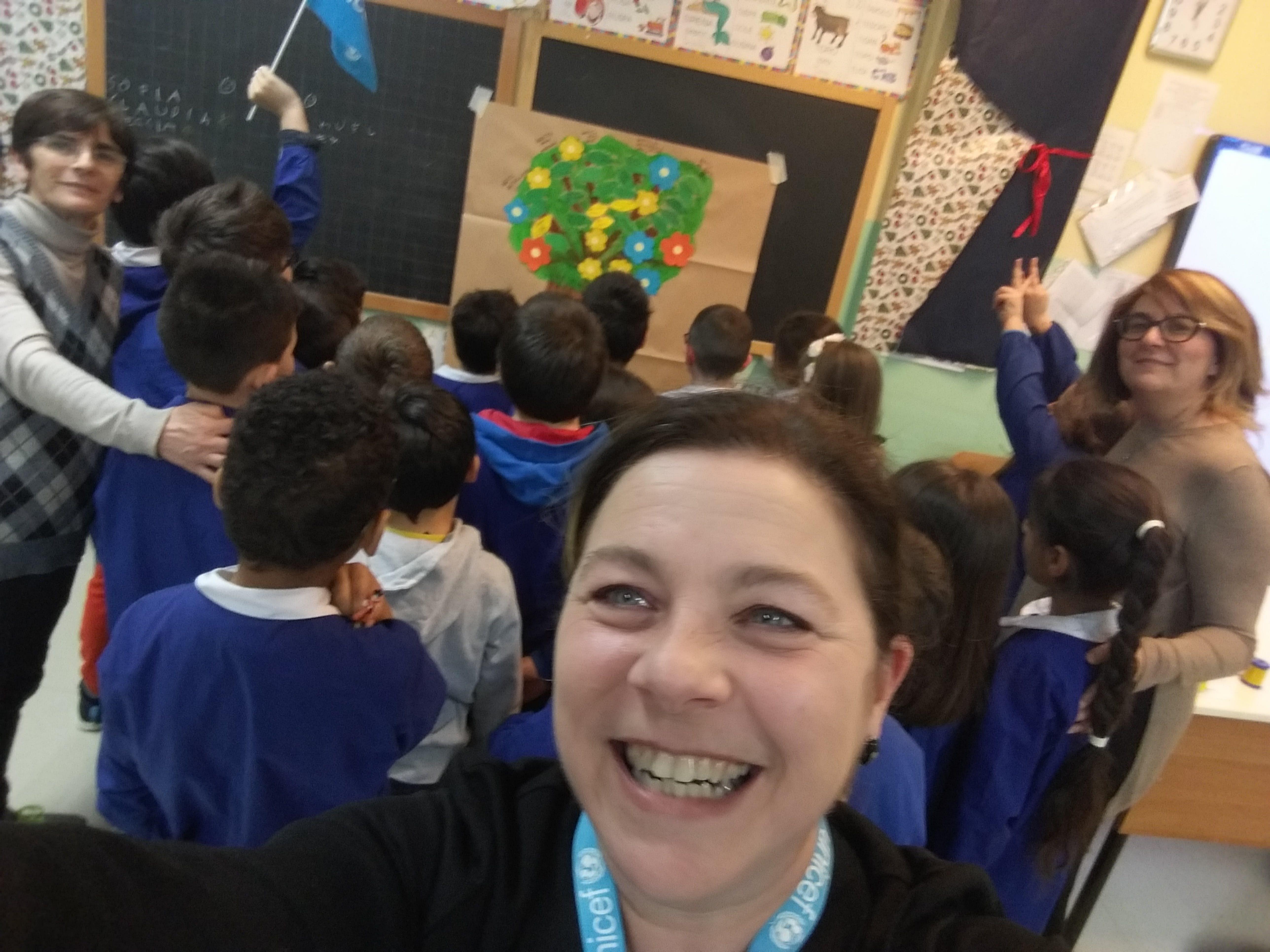 Manuela Persico insieme ai bambini di una scuola