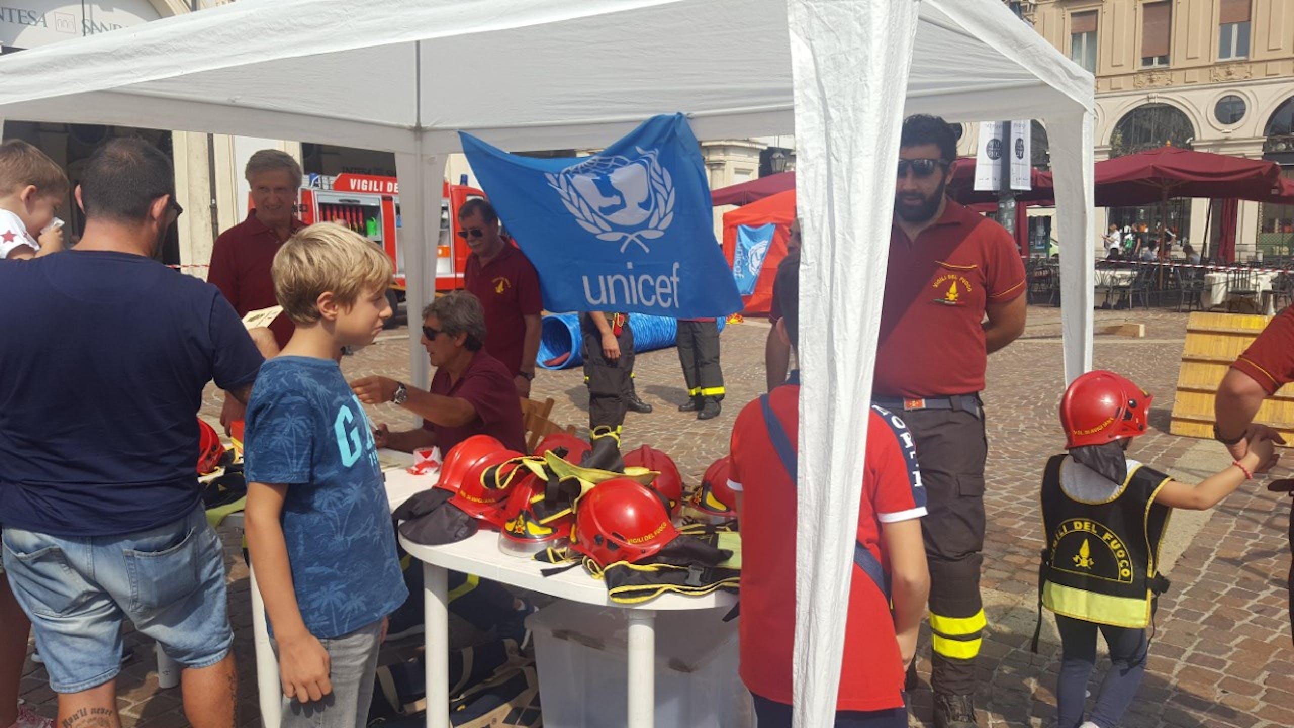 Vigili del Fuoco e UNICEF in piazza S. Carlo con Pompieropoli per testimoniare il valore della Salvaguardia dei più bisognosi e dell'infanzia
