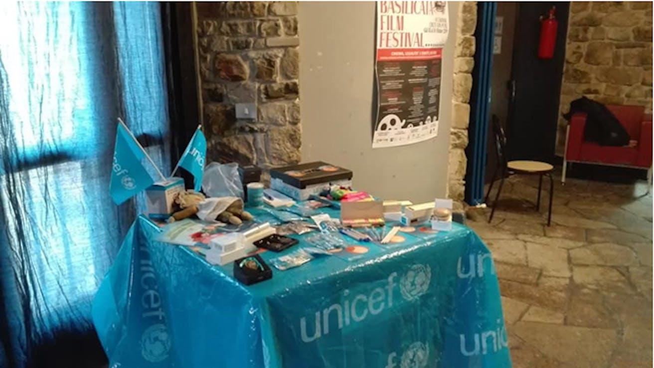 Il banchetto UNICEF all'ingresso della sala