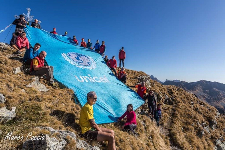 La grande bandiera dell'UNICEF sulle Alpi