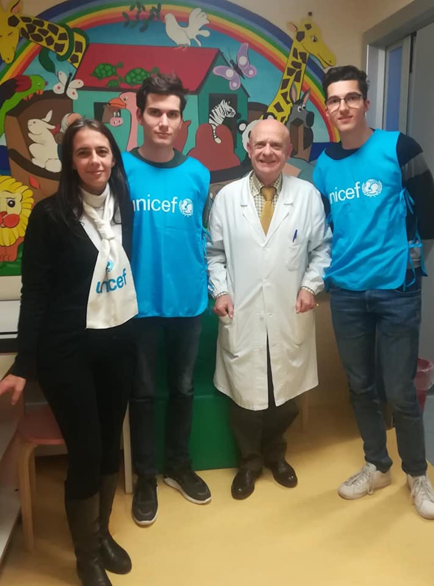 Manuela Bovolenta, Luca Moroni, il Primario del reparto pediatrico dell'ospedale Fatebenefratelli Gaetano Mariani e Lorenzo Regondi, un volontario UNICEF ottimo scacchista!