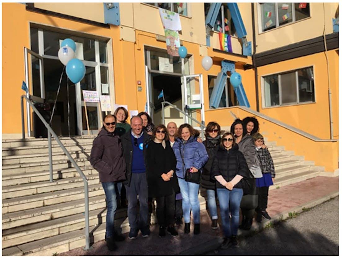 Mario Coviello con docenti, bidello e genitori in festa.