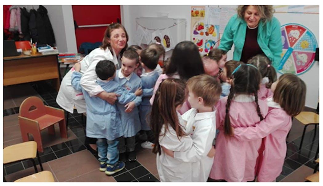 L'abbraccio finale con i piccoli della scuola dell'infanzia.