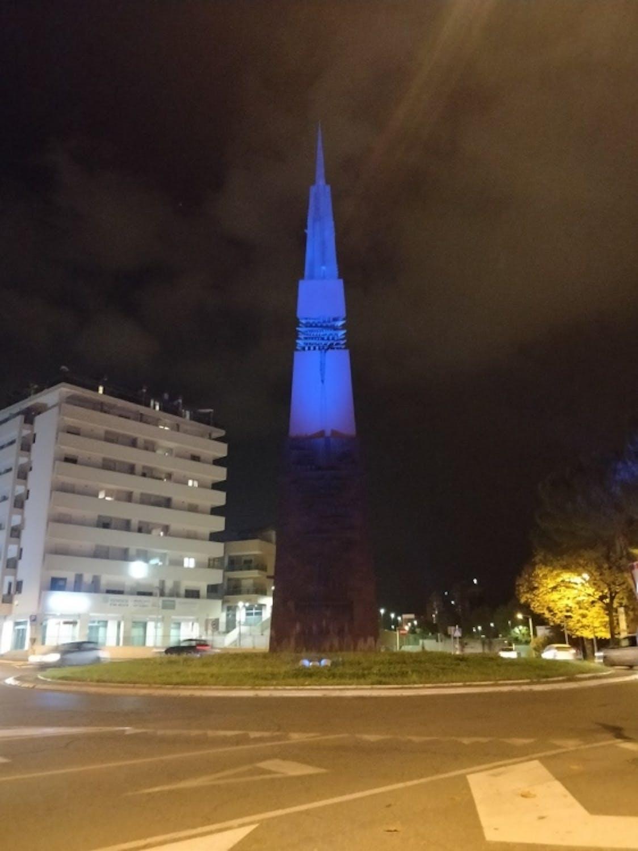"""Monumento simbolo della città """"Lancia di luce"""" di Arnaldo Pomodoro"""