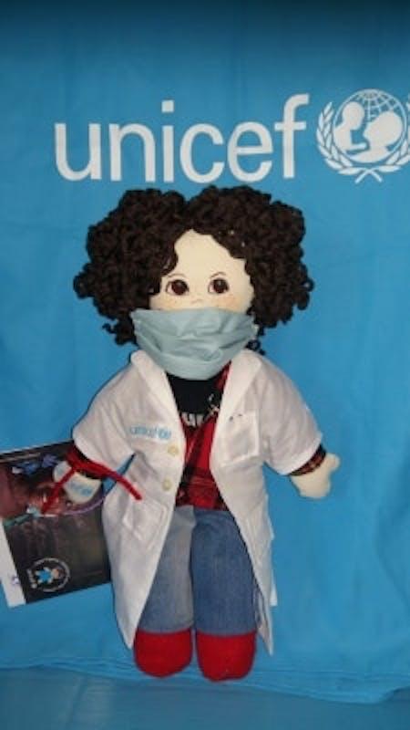 Una delle Pigotte dedicate ai medici e agli infermieri