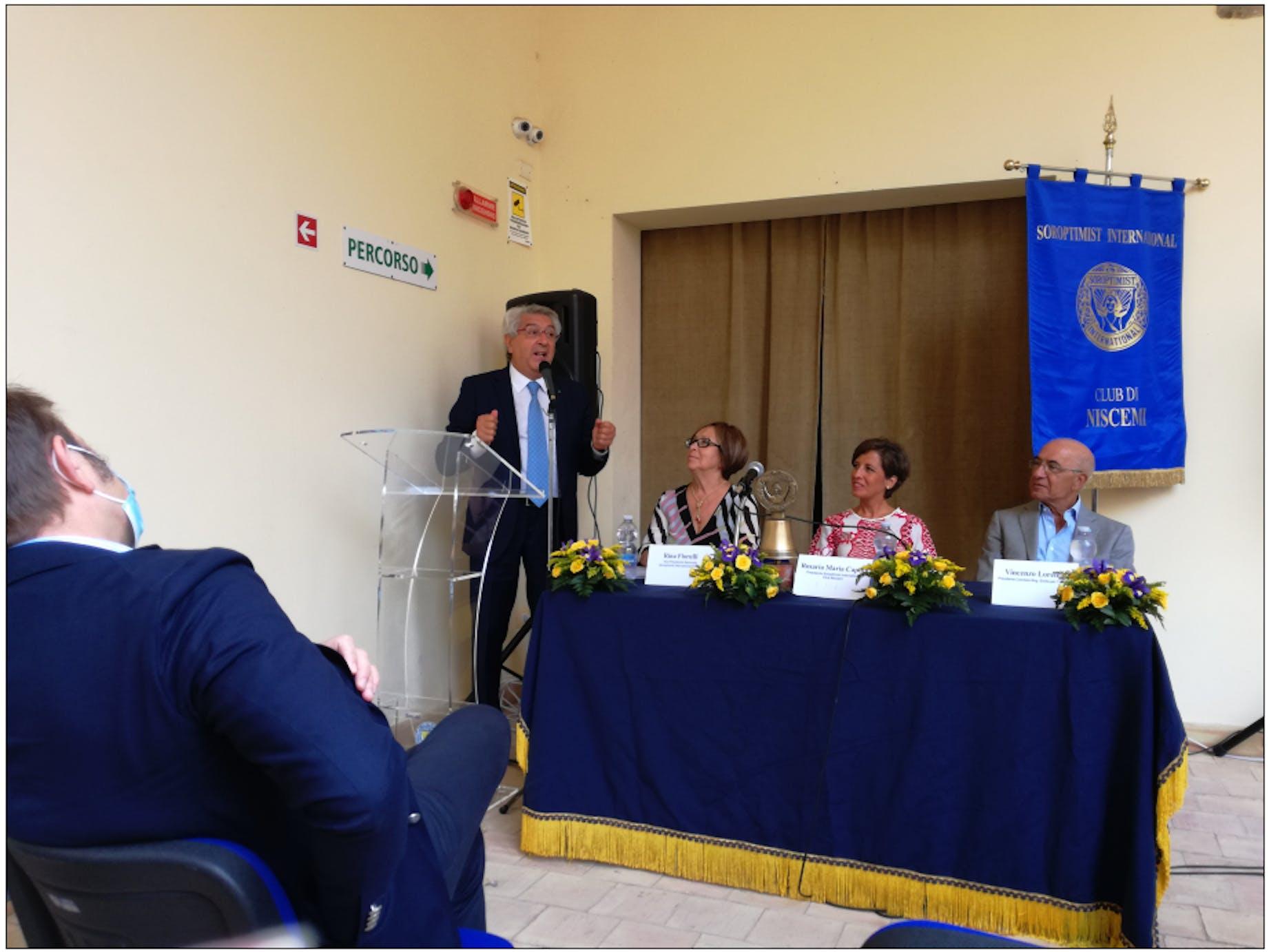 Un momento della cerimonia di presentazione del BPS. Al microfono il Direttore del Museo Francesco Mongelli, al tavolo Rina Florulli, Rosaria Maria Caputo e Vincenzo Lorefice