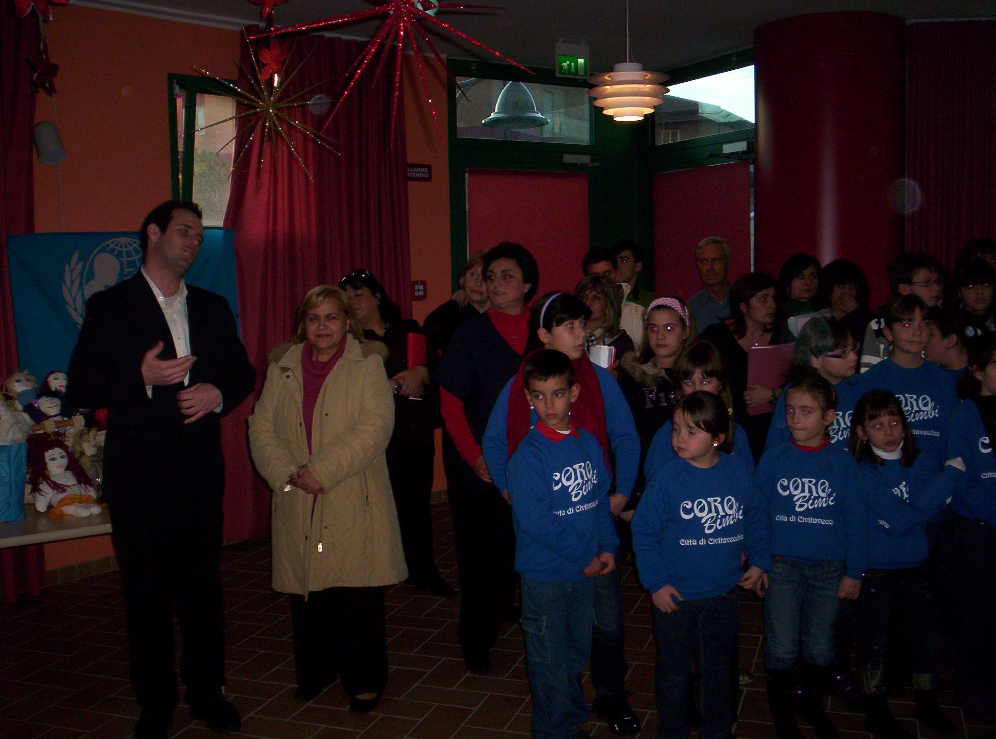 Battilocchio al centro Quinta stella con il coro e i volontari UNICEF