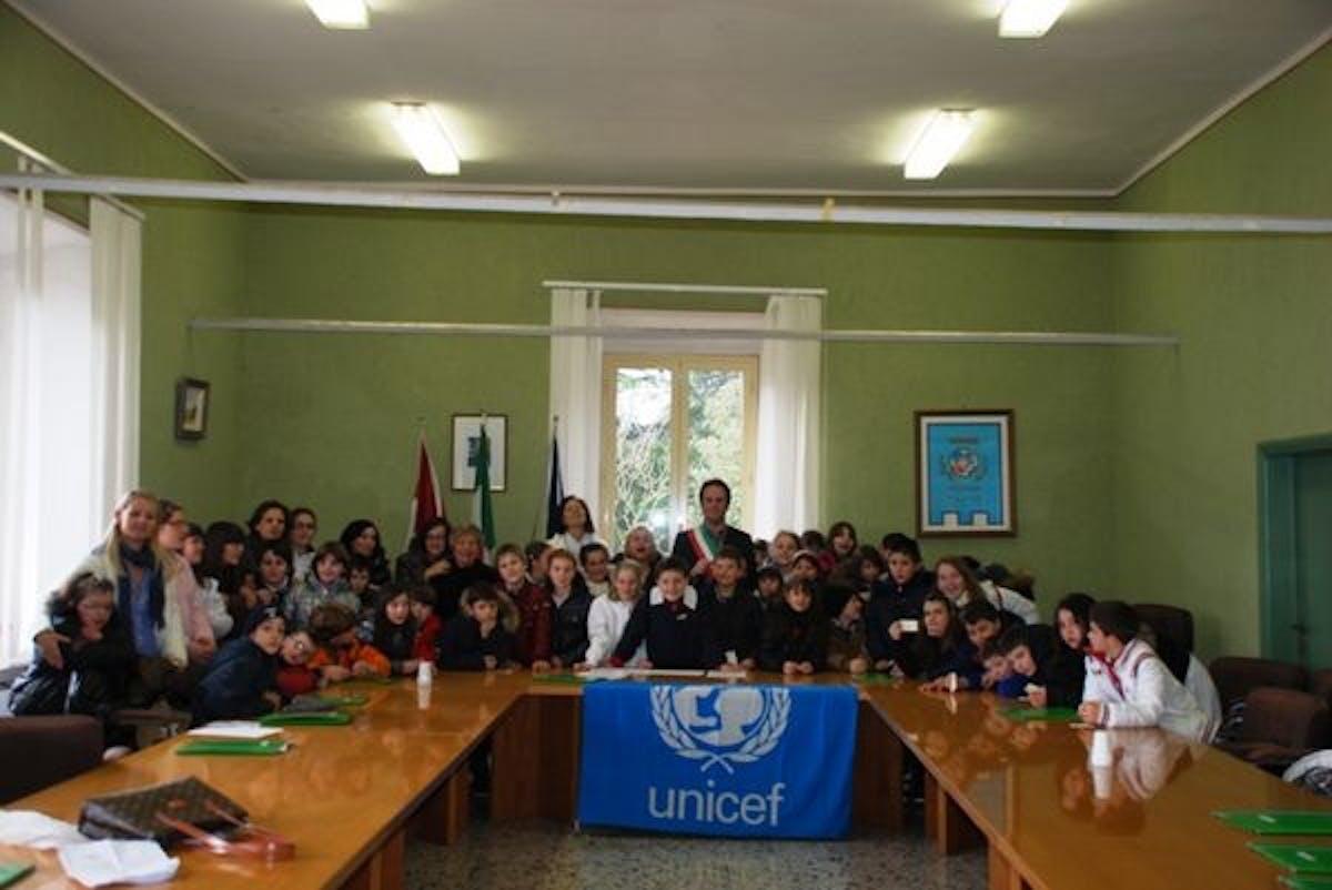 I bambini consegnano il rapporto UNICEF al Sindaco di Tolfa