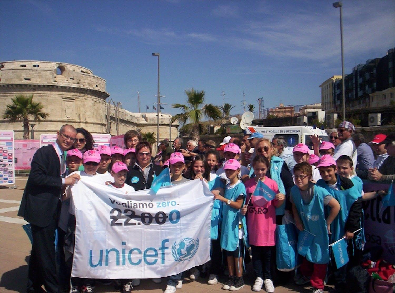 Gli alunni di Civitavecchia accolgono il Giro d'Italia