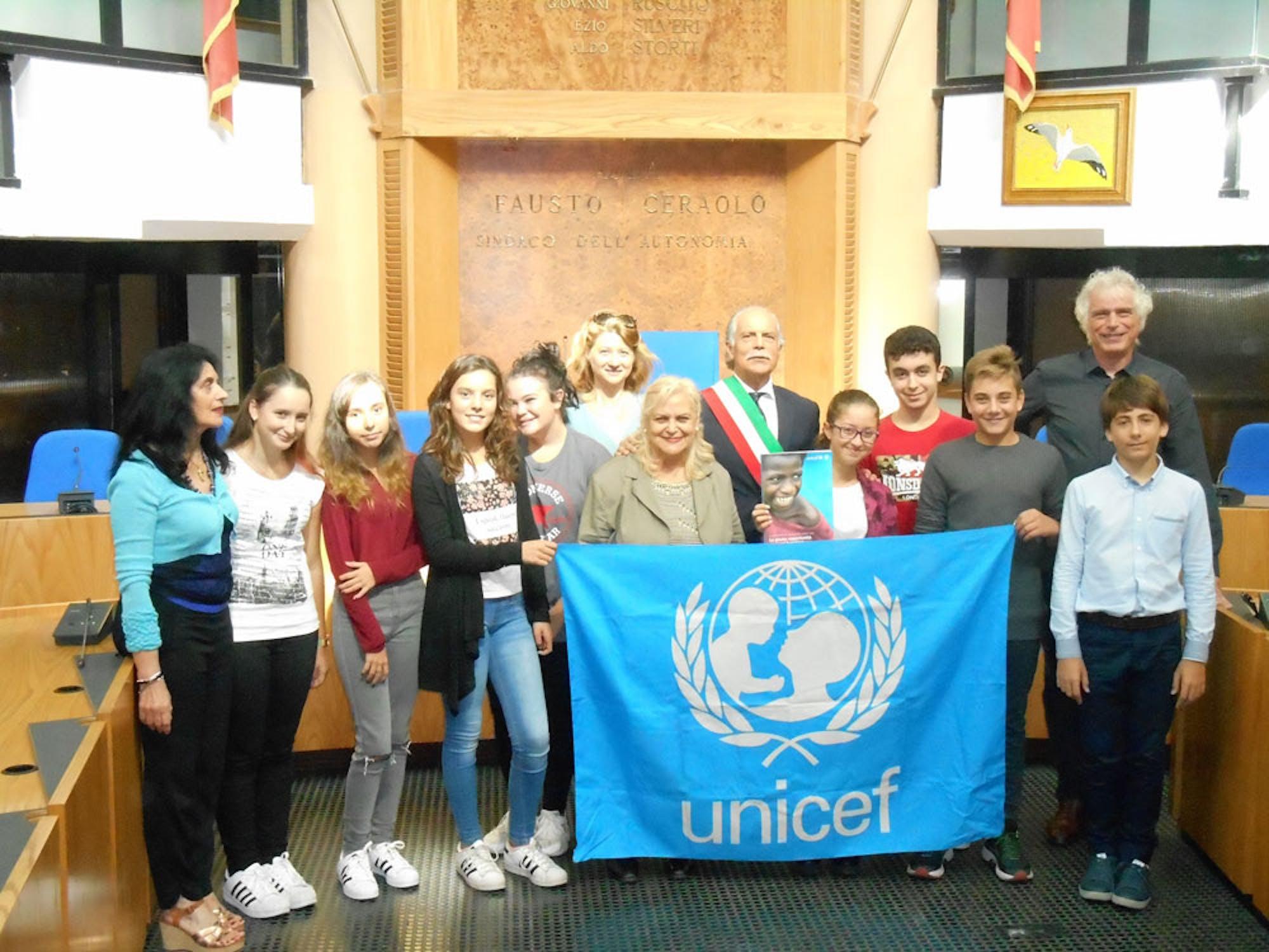 Gli alunni consegnano il Rapporto Annuale UNICEF 2016 ai Sindaci del Litorale Roma - Nord