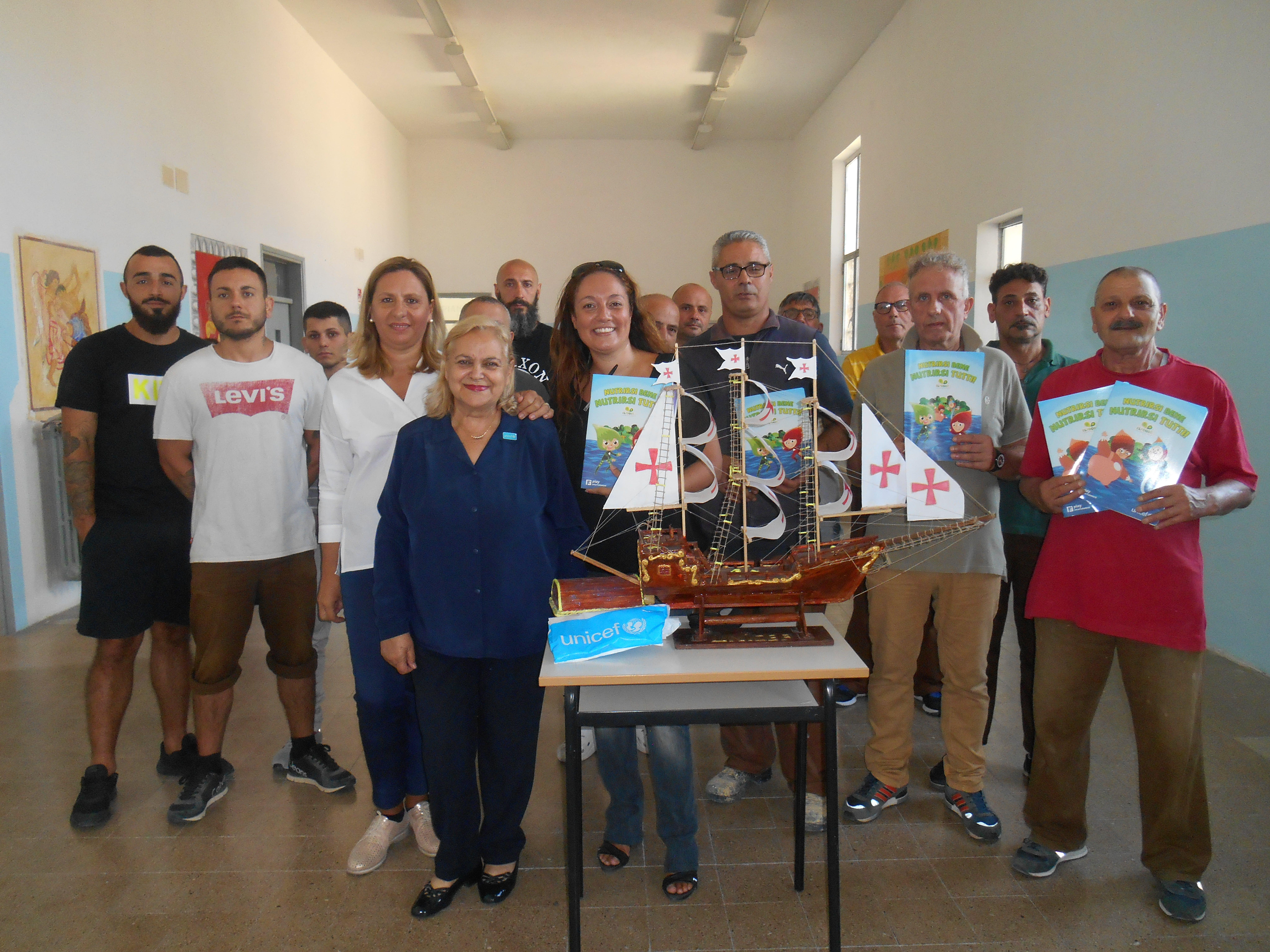 Nella foto UNICEF Pina Tarantino, Resp. del Gruppo UNICEF di Civitavecchia, l'educatrice e i detenuti