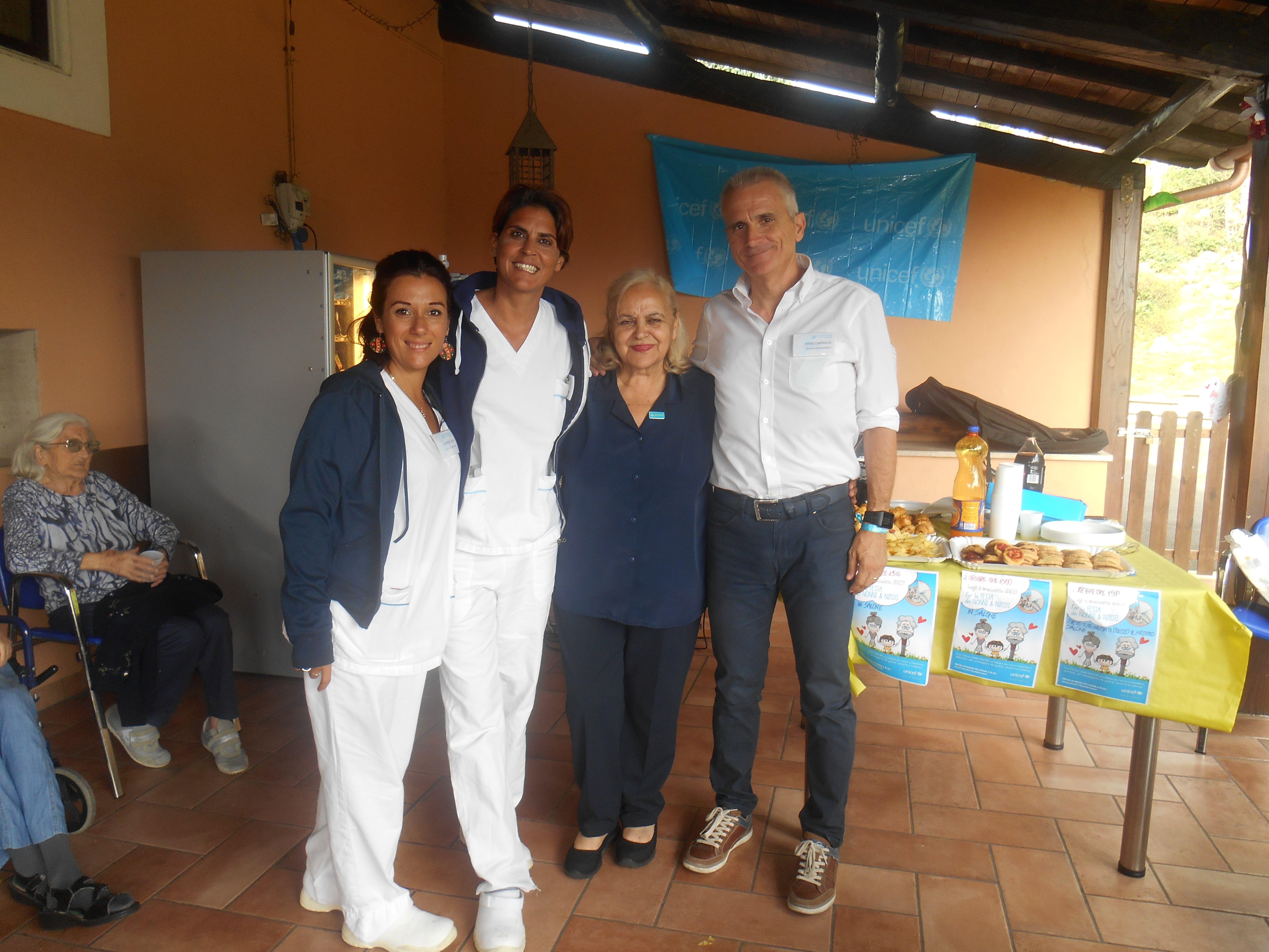 Il Direttore Angelo Monaldi della RSA S.L. Gonzaga insieme alla responsabile del Comitato UNICEF di Civitavecchia e le terapiste occupazionali