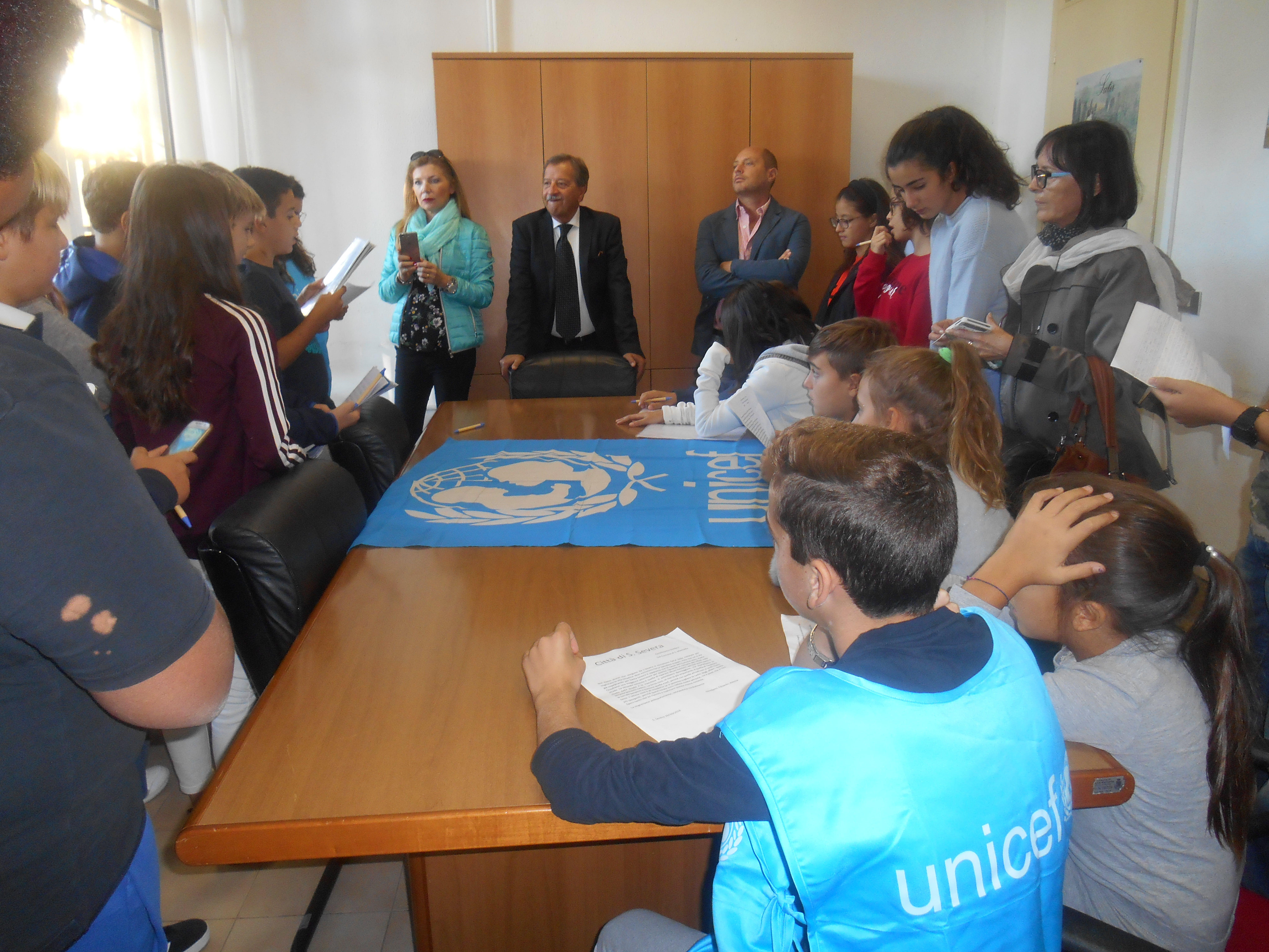 Il Sindaco Pietro Titei, il Vice Sindaco Andrea Bianchi con gli alunni Scuola Media G. Carducci S. Marinella