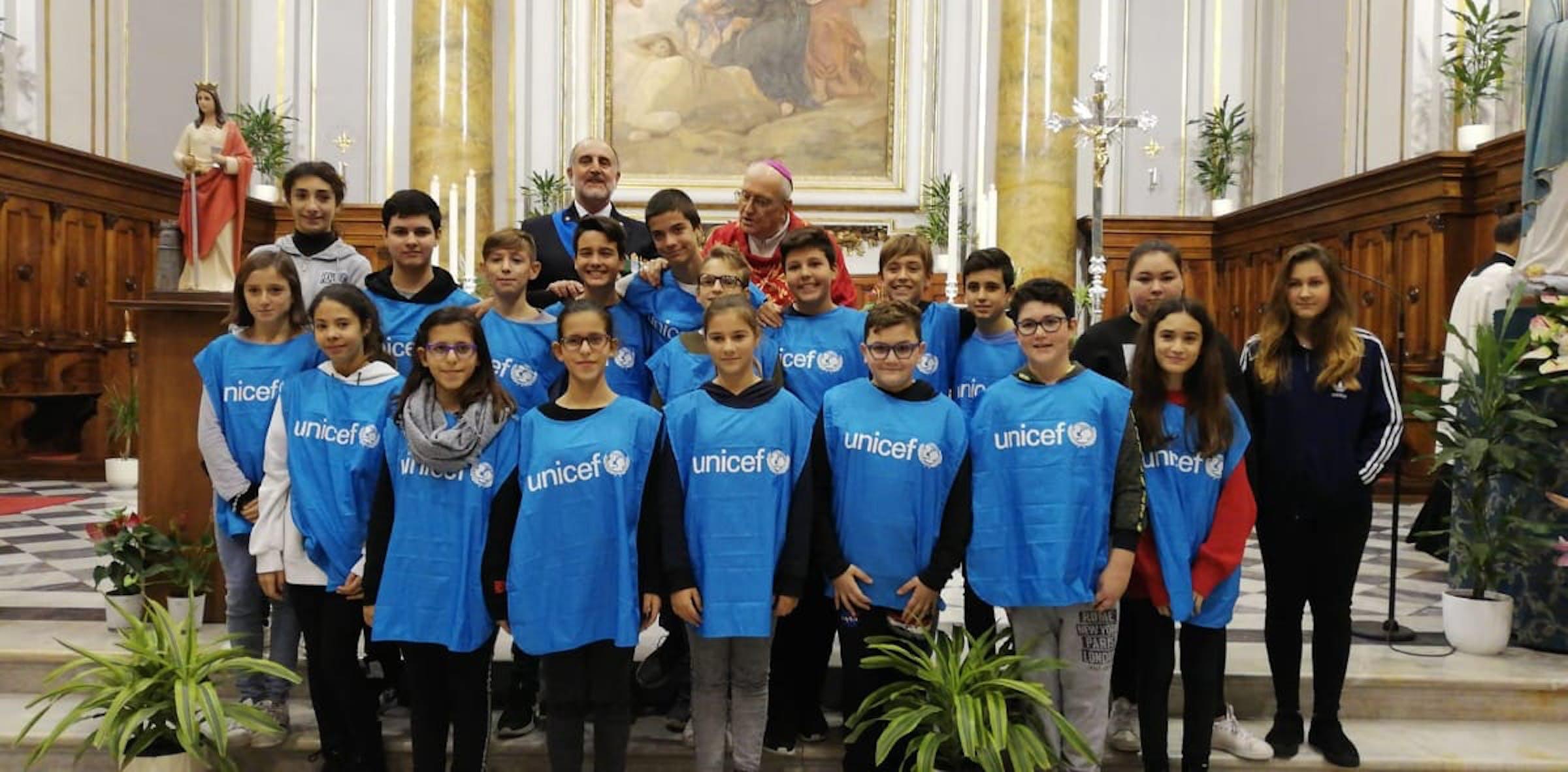 Gli alunni scuola Media Manzi con il Vescovo Luigi Marrucci  e con il Cap. di Vascello  Vincenzo LEONE Guardia Costiera Cap. di Porto di Civitavecchia