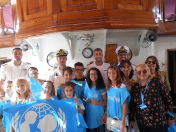 L'equipaggio dell'Amerigo Vespucci con i bambini dell'UNICEF