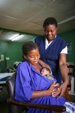 Una mamma-canguro con il suo piccolo nato prematuro in un ospedale di Mangochi, in Malawi - ©UNICEF Malawi/2009-0050/G.Pirozzi