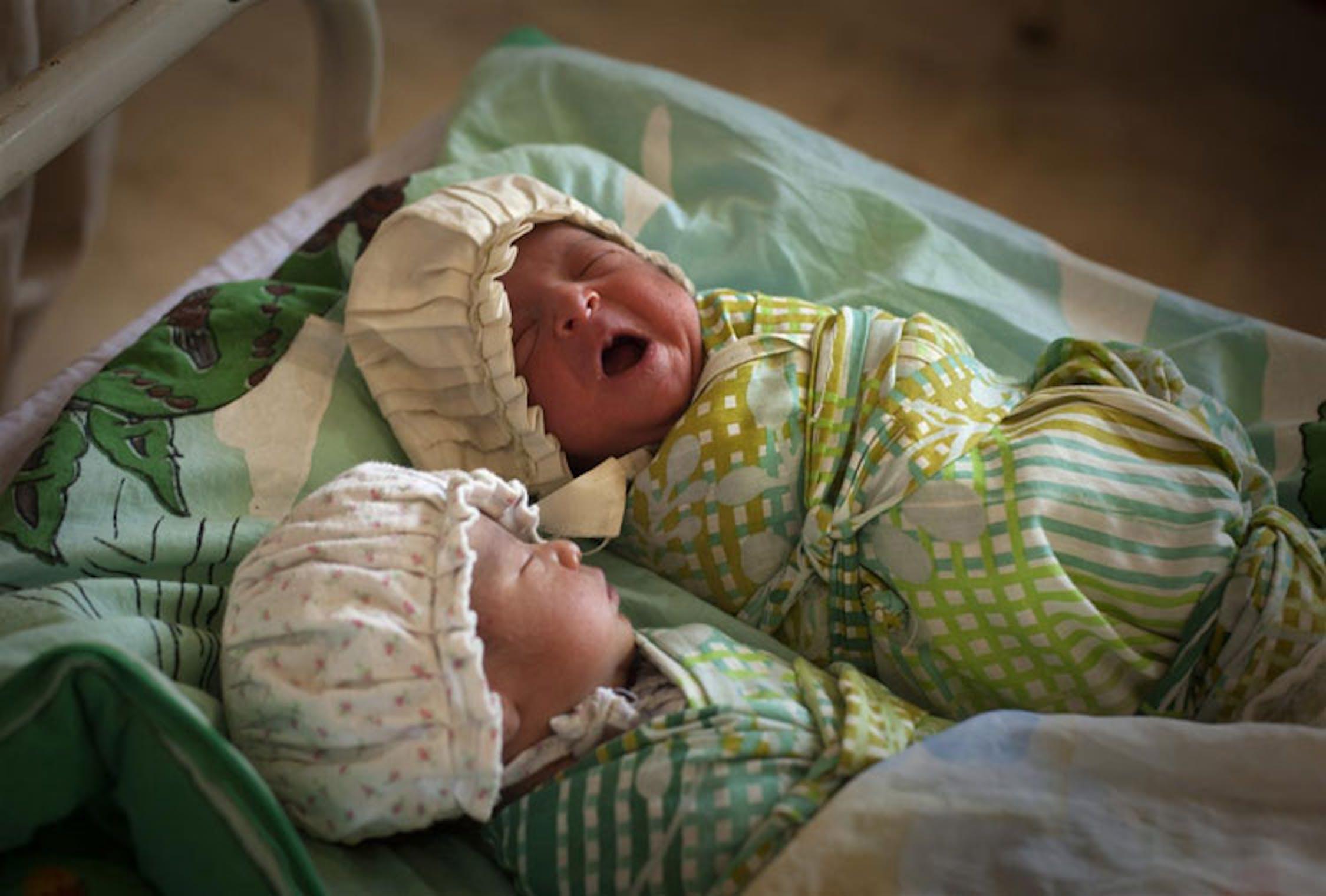 Due neonati in culla nell'ospedale di Mardan, nord-ovest del Pakistan - ©UNICEF NYHQ/2009-0586/Ramoneda