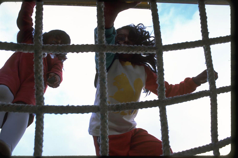 Questa bambina di 9 anni, vittima di abusi sessuali in famiglia, vive in un istituto per l'infanzia a San Lucas Sacatepéquez, in Guatemala - ©UNICEF/NYHQ2001-0591/Donna De Cesare