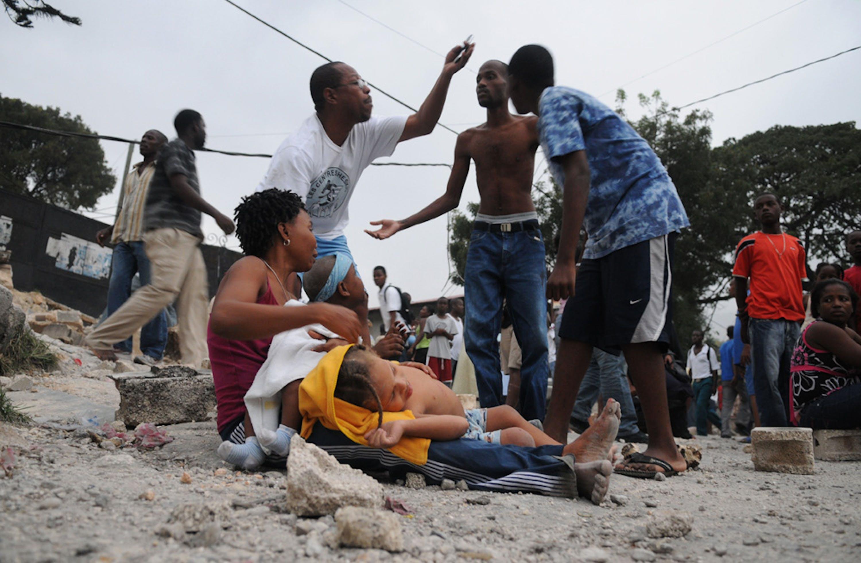Haiti: superstiti del terremoto attendono gli aiuti in strada, tra le macerie