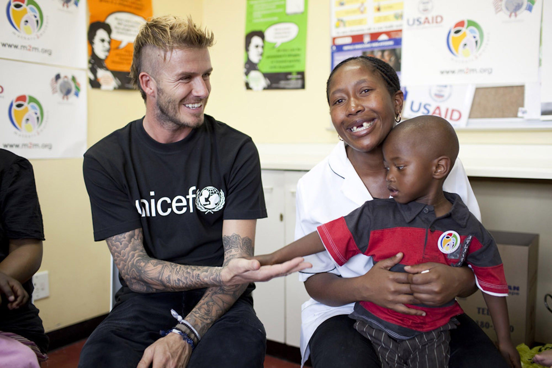 David Beckham con Tamara e il piccolo Sisiphi, nato sano grazie alla terapia preventiva finanziata dall'UNICEF