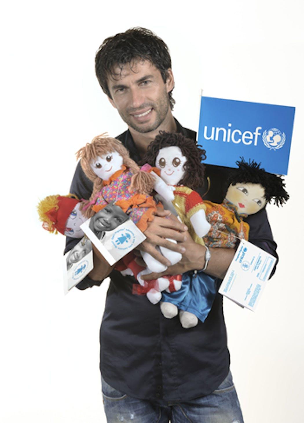 Kledi Kadiu con la Pigotta dell'UNICEF