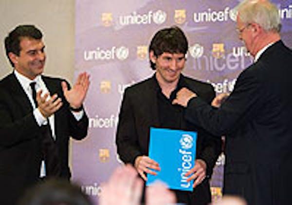 Leo Messi riceve la nomina a Goodwill Ambassador UNICEF. Accanto a lui Joan Laporta (presidente del Barcellona) e Philip O' Brien (UNICEF)