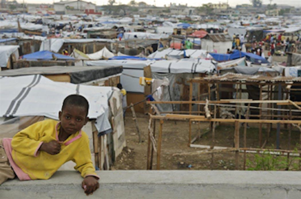 MIkenson, 9 anni, è uno dei 25mila sfollati che vivono nello stadio Jean Marie Vincent, nella capitale di Haiti - ©UNICEF/HQ2010-0246/S.Noorani