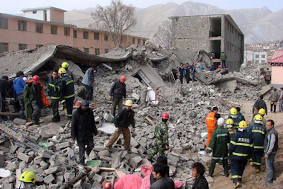 Soccorritori scavano tra le macerie di un edificio crollato a Yushu - ©AP Images