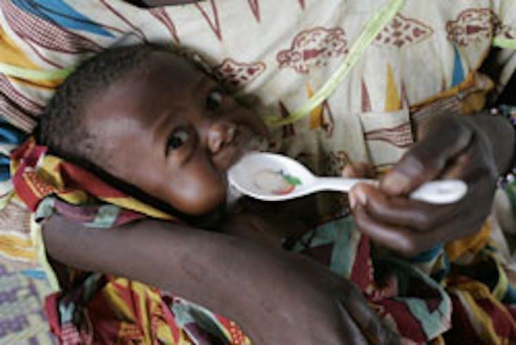 Un bambino gravemente malnutrito riceve una dose di latte terapeutico nel Centro nutrizionale di Maradi (Niger)