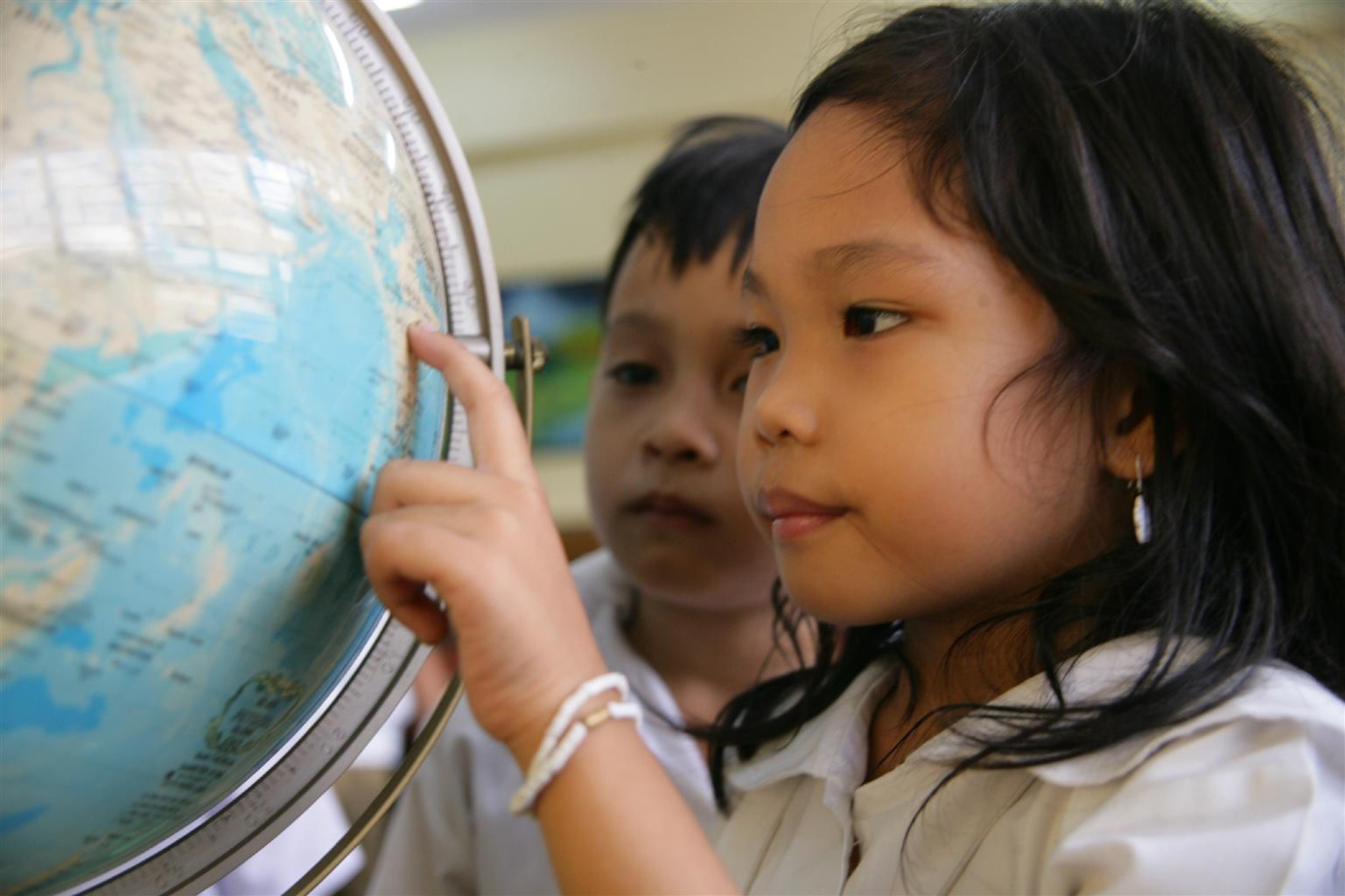 Guardando il mappamondo (Filippine)